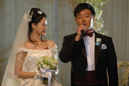图文:佟大为关悦北京婚礼新娘深情注视新郎