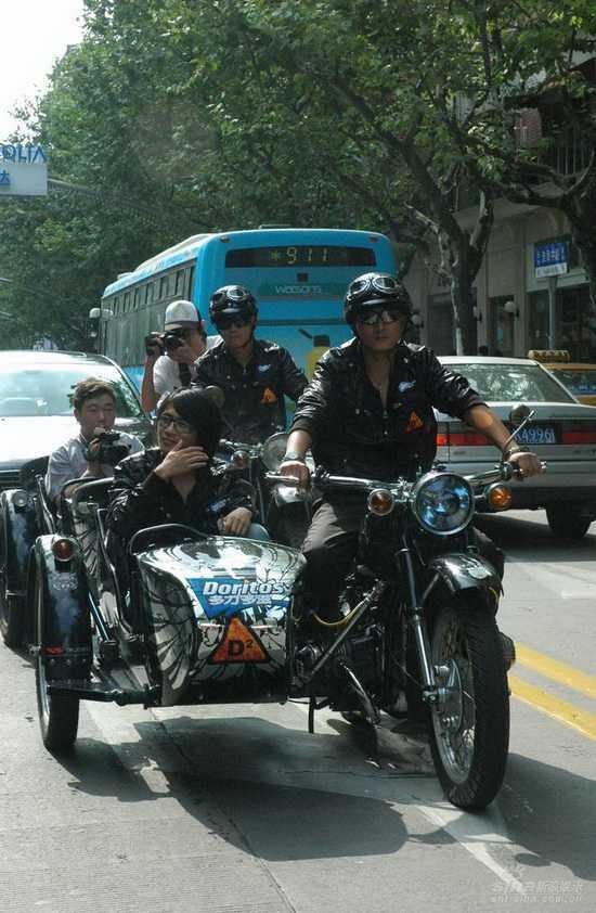 组图:韩寒生日收惊喜坐三轮摩托车巡游外滩