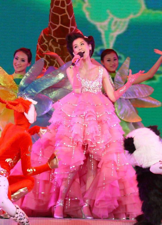 黄圣依央视春晚化身春姑娘与可爱熊猫共舞(图)