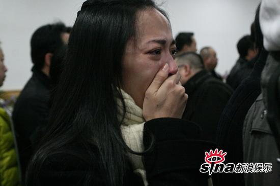 组图:姚晨送别好友潘星谊一语未发掩面痛哭
