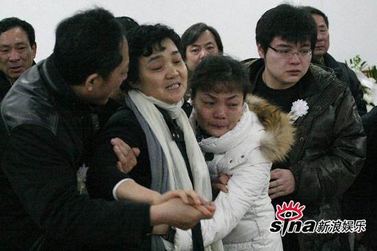 组图:潘星谊父亲强忍哀痛之悼词潘母伤心欲绝