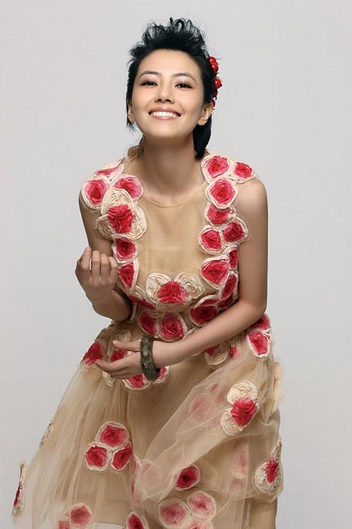 组图:高圆圆最新春装写真绽放笑容期待爱情