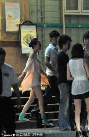 组图:霍思燕和朱雨辰K歌装扮性感满脸笑意