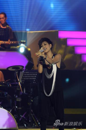 组图:李慧珍帅气亮相明月盛典献唱《天蓝色》