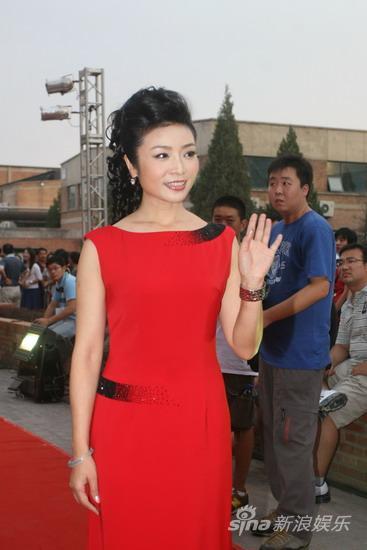 组图:李丹阳红衣喜庆亮相造型简洁干练