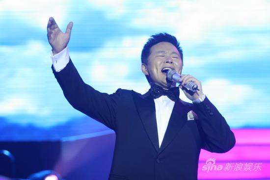 组图:王宏伟激情演绎《天路》祝福环保卫士