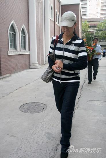 组图:赵本山友人带花篮医院探视全程一语不发