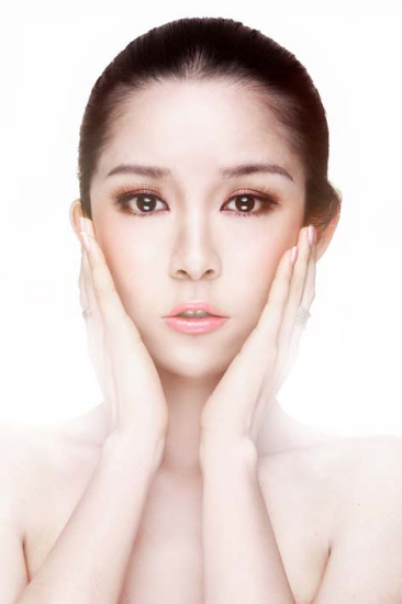 组图:张甫乔代言美妆华裔小姐展露完美肌肤