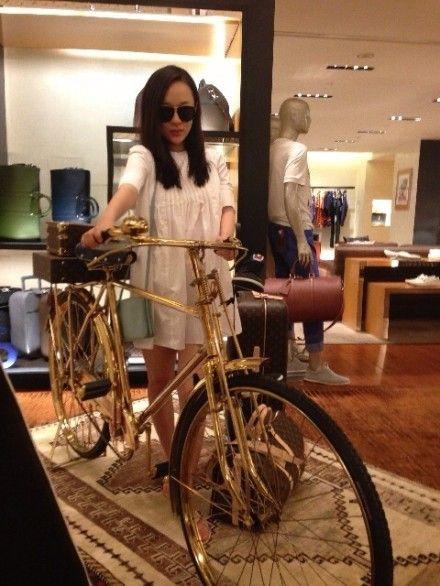 霍思燕室内摆弄自行车过郊游瘾