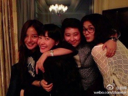 赵薇与好友相聚,与杨子姗似姐妹