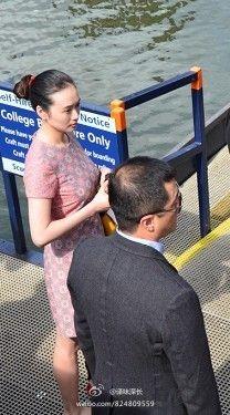 有网民于上月14日拍到李亚鹏与巨胸女子现身英国剑桥,同行还有菲鹏女儿李嫣。