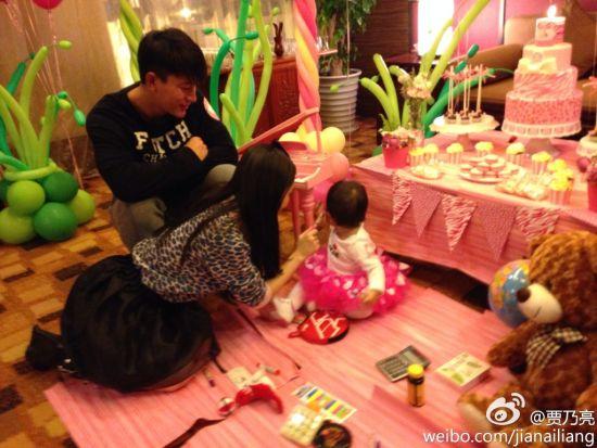 李小璐贾乃亮女儿一岁了
