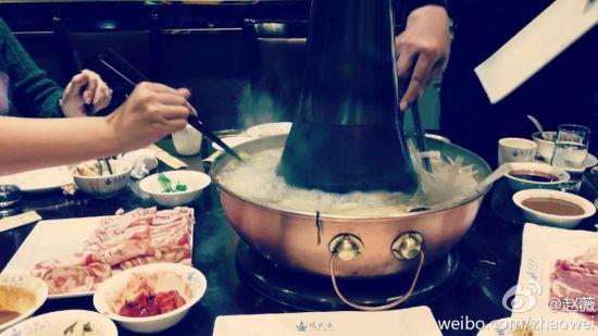 赵薇与友人吃火锅