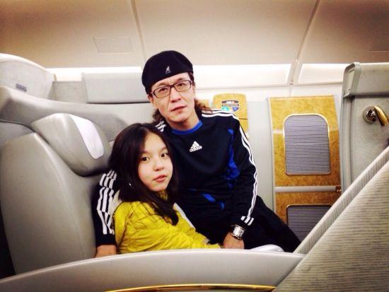 李咏和女儿在头等舱,一家三口准备飞迪拜