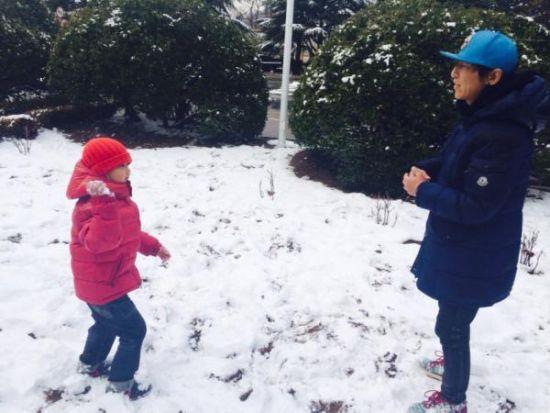陈羽凡和儿子雪地玩耍