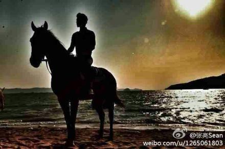 张亮骑马变白马王子