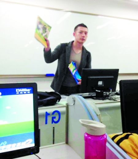 让甘麟翰爆红的,就是这张商学院大一学生在课堂上拍摄的照片。