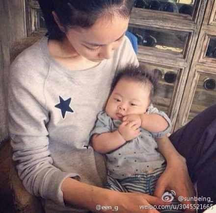 王菲安详抱婴儿