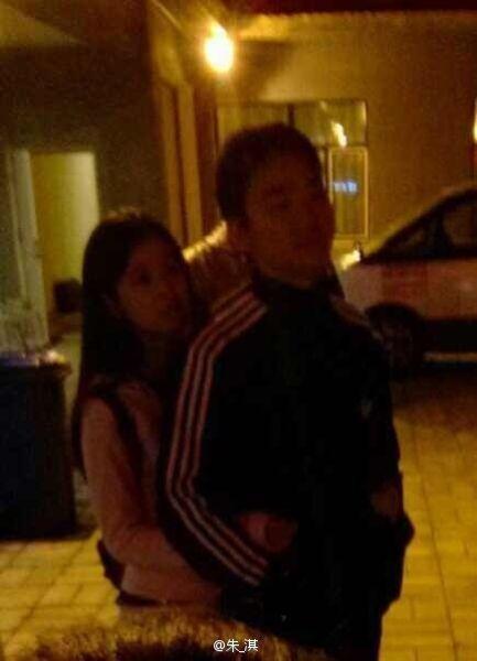奶茶背后环抱刘强东
