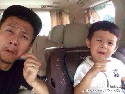 邓超和儿子神同步做鬼脸
