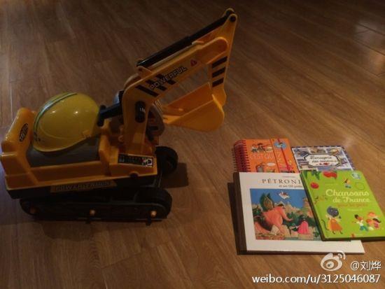 刘烨送儿子挖掘机当礼物