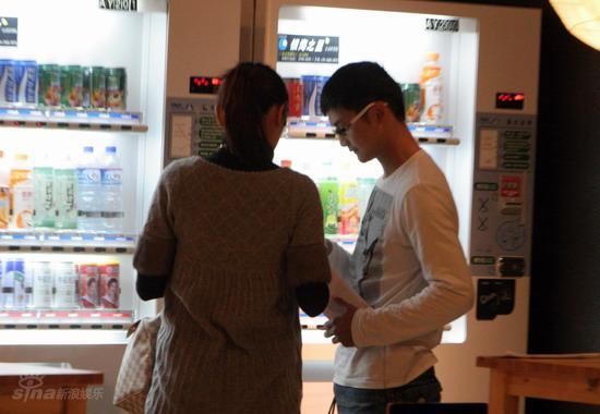 图文:田亮携叶一茜挑选婴儿床--给老婆买水