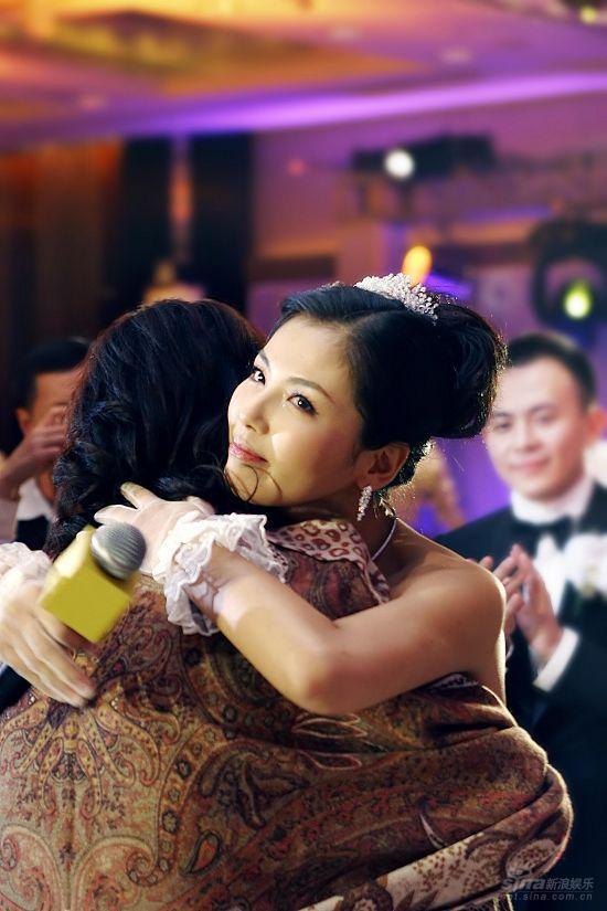 图文:刘涛婚礼现场刘涛拥抱妈妈
