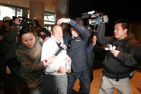 图文:亲友抵达王志文婚宴会场--曾志伟被追访
