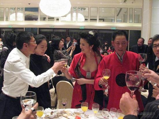 图文:王志文婚宴-导演何平与女伴向新人敬酒