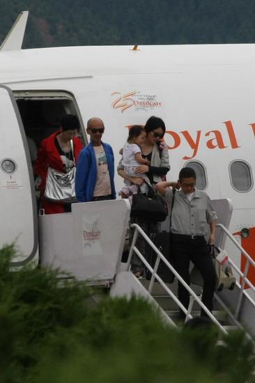 图文:婚礼嘉宾抵达不丹--王菲抱小女儿下飞机