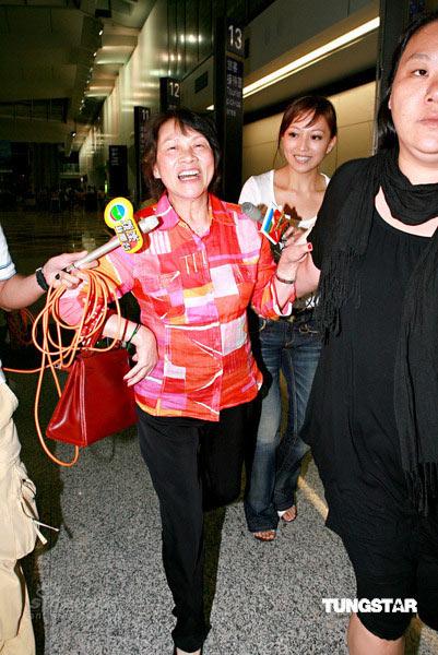 图文:众人抵达香港机场--刘嘉玲妈妈开心不已