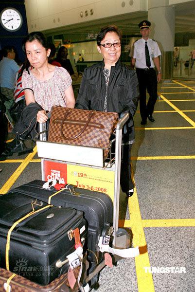 图文:众人抵达香港机场--机场等待过关
