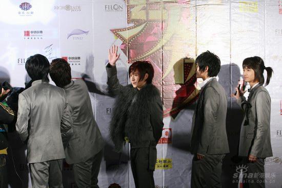 图文:BQ红人榜红毯至上励合背板签名