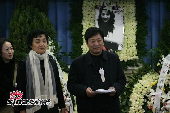 图文:潘星谊遗体告别--潘父潘母欲哭无泪