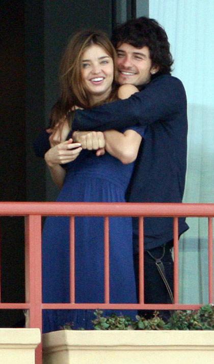 图文:布鲁姆与女友阳台拥吻-布鲁姆亲密搂女友