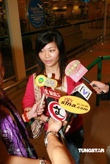 图文:陈冠希抵达新加坡-陈冠希粉丝接受采访