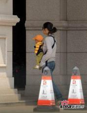 组图:姜文次子首度曝光周韵当主妇带儿子出游