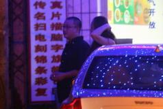 组图:王小帅与女友泡吧到凌晨路边吃羊肉串