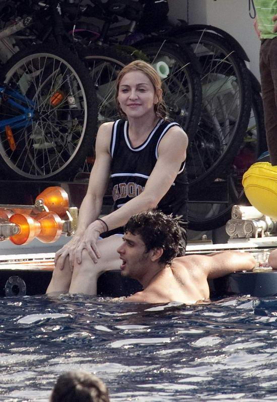 图文:麦当娜全家戏水-与男友爱意绵绵