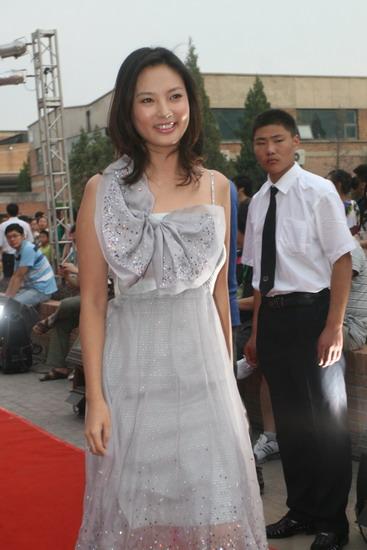 图文:众明星亮相明月盛典-刘芳菲秀蝴蝶结小裙