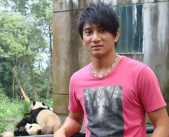 图文:吴奇隆认养大熊猫-吴奇隆抵达认养基地