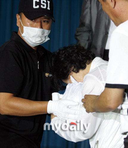 图文:警方公布崔真实案进展-母亲怀抱崔真实骨灰