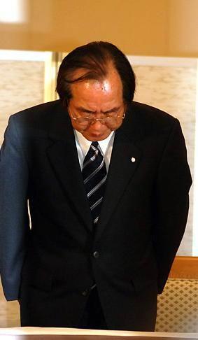 图文:酒井法子记者会-相泽正久鞠躬道歉