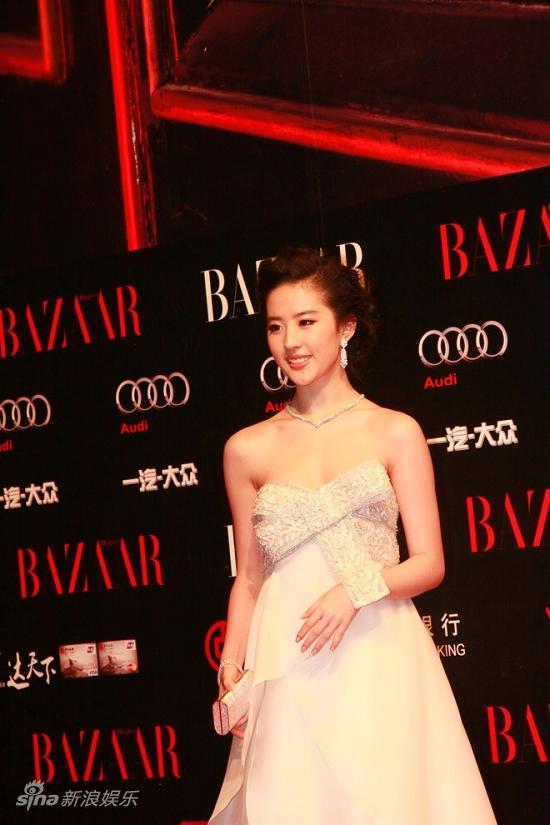 图文:BAZAAR明星慈善夜红毯-刘亦菲小露香肩
