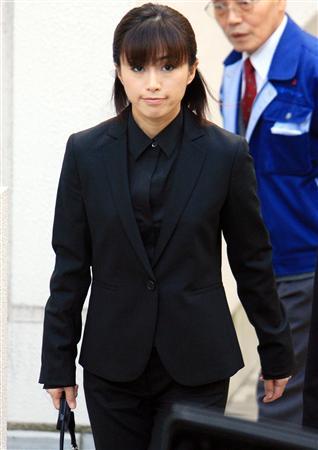 图文:酒井法子涉毒案判刑-酒井法子身穿黑色西服