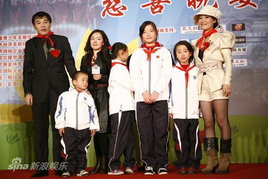 图文:太阳城孤儿成长基地启动-嘉宾与小朋友代表合影