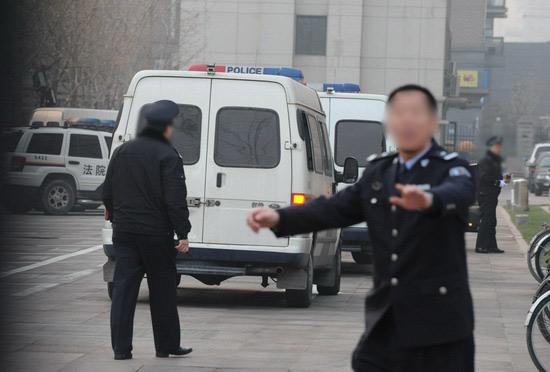 图文:臧天朔案今将宣判--警察现场维持秩序