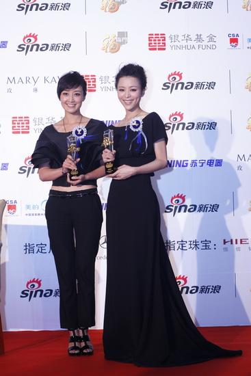 图文:新浪网络盛典-赵子琪和张静初合影