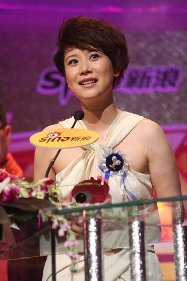 图文:新浪网络盛典-海清获年度最具人气演员
