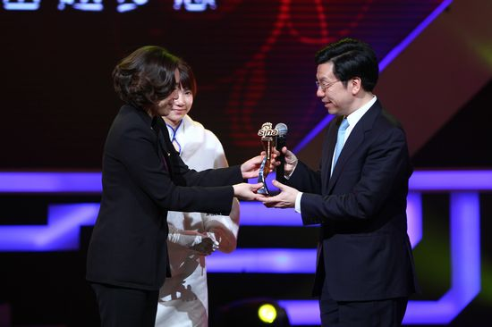 图文:新浪网络盛典-杜红(左)为李开复授予荣誉